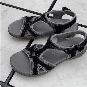 Clarks women's size 6M sandals black gray slip on
